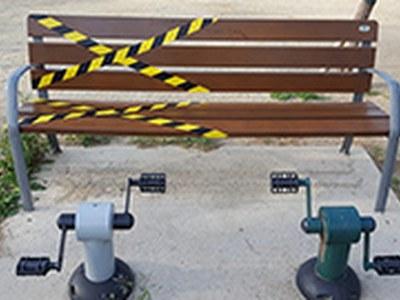 Comencen les tasques de desinfecció dels bancs i de les cadires de la via pública
