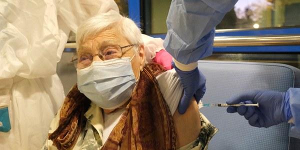 Comença la vacunació contra la Covid-19 a les residències de Cornellà