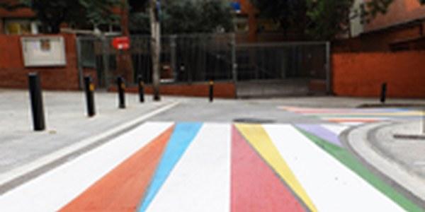 Reforçada la senyalització dels passos de vianants propers a les escoles per millorar la seguretat