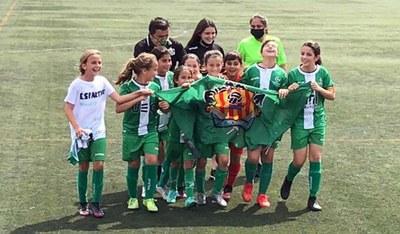 FUNDACIÓ UNIÓ ESPORTIVA CORNELLÀ. El benjamí A femení s'ha proclamat campió de grup, amb 14 victòries de 14 partits jugats.