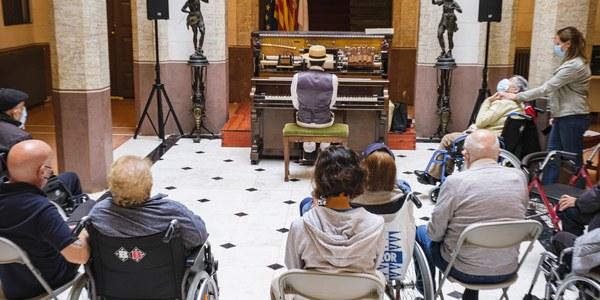 Sessió de pianola al Museu Palau Mercader per a gent gran de la residència Blau Almeda